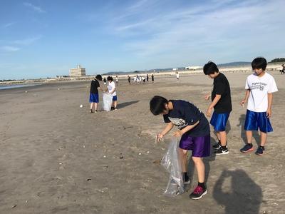 朝の海岸清掃